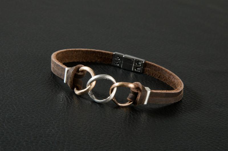 Marguerite-Sitthy-bijouterie-Blois-bracelet-homme-sur-mesure-trois-anneaux-bronze-argent-or-rouge