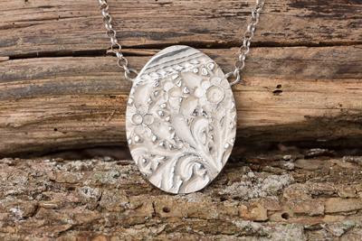 Marguerite-Sitthy-bijouterie-Blois-41-collier-POMPADOUR-grand-medaillon-argent